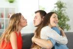 Giovani italiani sono divisi tra la voglia di mettere insieme eros e sentimenti e la tentazione di sperimentare