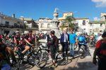 """Gerace, l'invasione dei bikers """"colora"""" teatro e borghi"""