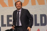 """Ricerca, Grillo e Renzi firmano il """"patto per la scienza"""" dell'immunologo Burioni"""