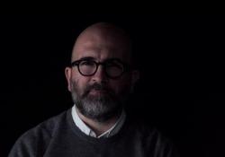 Carrisi: «Se poteste scrivere solo un ultimo sms, a chi lo inviereste e perché?» Lo scrittore dialoga con i lettori in attesa dell'uscita de «Il gioco del suggeritore» (Longanesi) - Corriere Tv