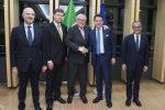 Pierre Moscovici, Valdis Dombrovskis, Jean-Claude Juncker, Giuseppe Conte e Giovanni Tria