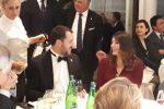 Salvini e Isoardi dopo la rottura allo stesso tavolo a una cena: sguardi e sorrisi in una foto