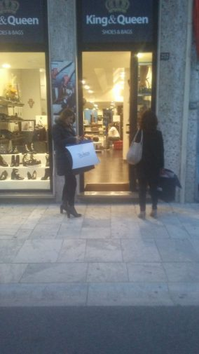 Impazza lo shopping per il Black Friday, le foto da Reggio Calabria ...