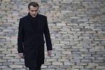 Francia, Macron prova a mediare: collera giusta, alzeremo i salari