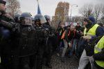 """Nuova protesta dei """"gilet gialli"""" a Parigi, scontri e lacrimogeni sugli Champs-Elysees"""