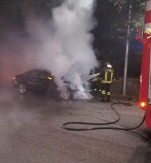 Catanzaro, auto in fiamme in via Pascali