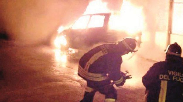 auto incendiata, Catanzaro, Calabria, Cronaca