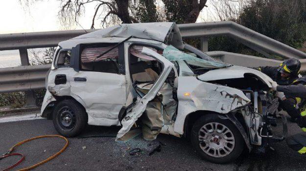 Incidente sulla messina catania morto un uomo nello scontro tra auto e tir all 39 altezza di - Incidente giardini naxos oggi ...