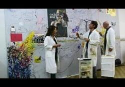 «La Lettura», il restauro del «muro degli artisti» Davide Trentadue, Matteo Cavallini e Lucia Disanza di Dml Restauri (Milano) hanno lavorato alla parete su cui pittori, scultori, scrittori hanno lasciato un segno del loro passaggio al «Corriere della Sera» - Corriere Tv