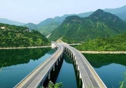 Collega le città di Chengdu e Liangshan, in Cina