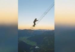 Una scala d'acciaio di 40 metri porta alla vetta del Donnerkogel, in Alta Austria. Uno scalatore ha filmato la salita