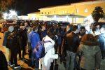 Decreto sicurezza, a Crotone migranti lasciati per strada: fuori dal centro di accoglienza