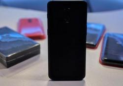 Rispetto a OnePlus migliorano fotocamera e possibilità di sblocco grazie a volto e dita. Restano gli stessi pregi (ma anche alcuni difetti)