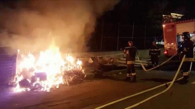 Rifiuti a Messina, per le strade la rabbia dei cittadini: cassonetti in fiamme