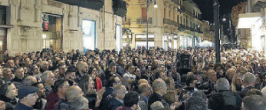 Cittadini presenti al sit-in antiracket