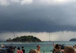 Cielo scuro, vento e, in lontananza, le trombe marine. Il video catturato dai turisti davanti al Mare delle Andamane