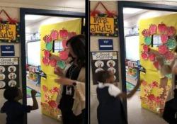 Questa insegnante negli Usa ha reso l'ingresso in classe straordinariamente speciale per i suoi bimbi