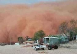 In pochi minuti, la tempesta di sabbia ha avvolto la cittadina del Nuovo Galles del Sud