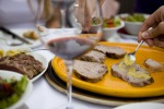 Variare il cibo, ridurre il consumo di sale, di alcuni oli e grassi, limitare il consumo di zucchero ed evitare l'alcol