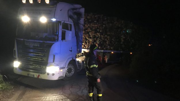 camion incastrato vibo, sp 54 vibo valentia, traffico sp 54 vibo, Calabria, Cronaca