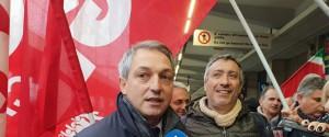 La protesta dei lavoratori ex lsu lpu alla stazione di Lamezia