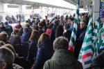 Protesta dei lavoratori ex lsu-lpu a Lamezia, treni bloccati nella mattinata - Foto