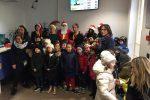 Piccoli studenti alle Poste di Vibo Valentia consegnano la lettera a Babbo Natale