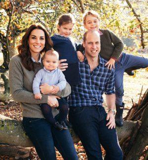 William e Kate in posa con i figli: sui social la nuova foto di famiglia scelta per Natale