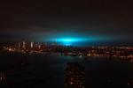 A New York esplode una centrale elettrica e nel cielo appare un'enorme scia azzurra
