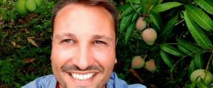 Il presidente di Coldiretti Catania con i suoi alberi di mango