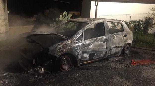 AUTO BRUCIATA GUARDAVALLE, fiat punto incendiata, indagini carabinieri guardavalle, Catanzaro, Calabria, Cronaca