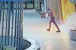 Ripresi mentre danno a fuoco alla vetrina di un negozio a Messina: il video in esclusiva