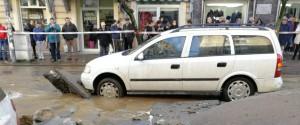 L'auto rimasta intrappolata in corso Umberto