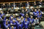 """La Camera dà l'ok alla fiducia, la """"manovra del popolo"""" passa tra le proteste: 327 i voti a favore"""