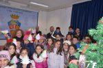 Vibo, i bimbi delle scuole addobbano l'albero di Natale della caserma