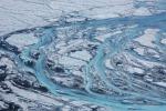 Corsi d'acqua originati dallo scioglimento dei ghiacci in Groenlandia in estate (fonte: Sarah Das, Woods Hole Oceanographic Institution)