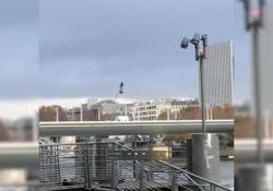 I test sulla Senna dell'esercito francese con un hoverboard volante