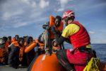 """Migranti, l'appello della Sea Watch: """"Abbiamo bisogno di un porto sicuro"""""""