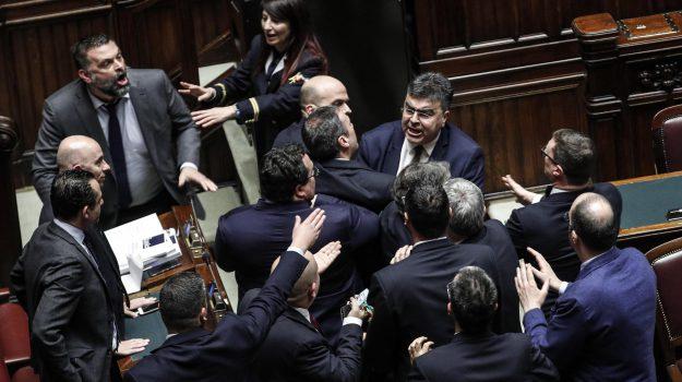 bagarre montecitorio, manovra governo, voto fiducia manovra, Sicilia, Politica