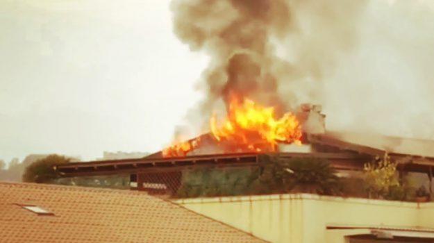 feriti incendio cosenza, incendio attico cosenza, incendio cosenza, Cosenza, Calabria, Cronaca