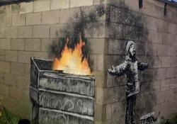 La nuova opera di Banksy è una cartolina di Natale È apparsa all'improvviso sul muro di un garage a Port Talbot, nel Galles - Corriere Tv
