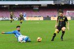 Il Napoli schiaccia il Frosinone e continua a inseguire la Juventus