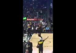 Prima dell'ultima partita tra i suoi Los Angeles Lakers e i Denver Nuggets, LeBron ha deliziato il pubblico con una schiacciata poderosa
