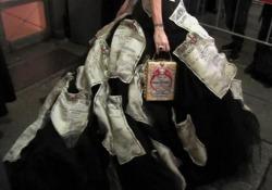 La carrellata di look: dal paraorecchie dorato al vestito locandina