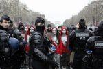 """Nuovo sabato di proteste dei gilet gialli a Parigi e sugli Champs-Élysées anche le """"Marianne"""""""
