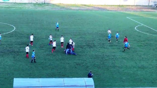 lite calcio genitori, Paolana Xerox Chianello, rissa in campo, Cosenza, Calabria, Cronaca
