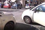 Sosta selvaggia a Messina, il passaggio dei pedoni bloccato dalle auto