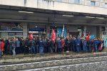 Precariato, in 500 occupano la stazione di Lamezia per la stabilizzazione: treni interrotti