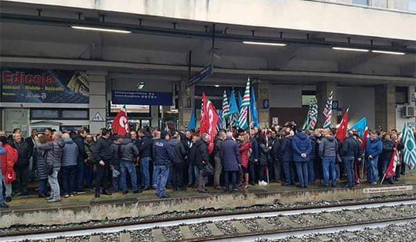 ex lsu, lamezia, protesta, stazione, AngeloSposato, Mario Oliverio, Santo Biondo., Tonino Russo, Catanzaro, Calabria, Cronaca