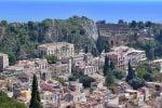 Donna lancia oggetti dal balcone, traffico bloccato per diversi minuti a Taormina